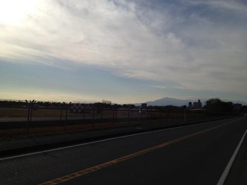 厚木飛行場から大山を望む