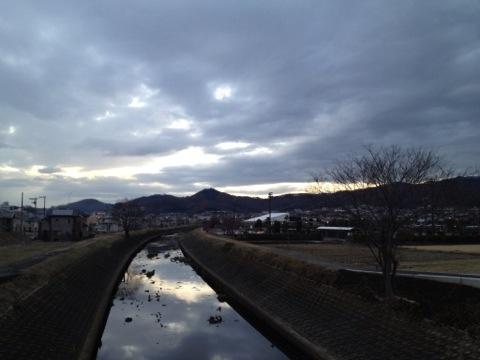 冬の大根川から弘法山方面を望む