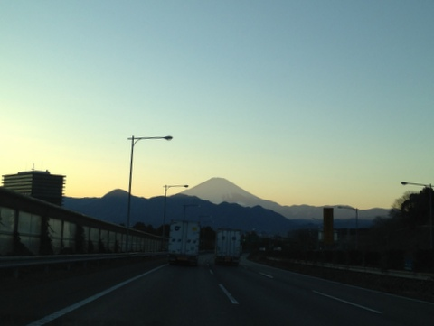 東名で西へ向かうと富士山
