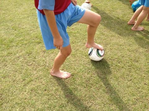 足指でボールを引くと