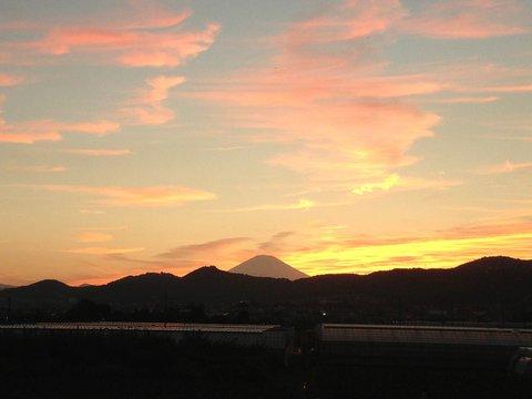 秋の夕暮れと富士山