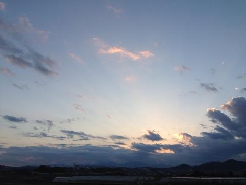 ストレスを抱えるあなたへ。大きな空を見上げながら歩こう。