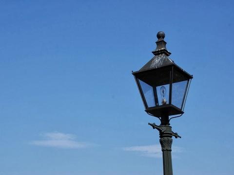 街に明かりを灯す