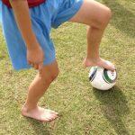 裸足でボールに触れてみよう。