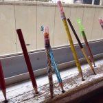 教室の窓辺に突如出現したペン立て