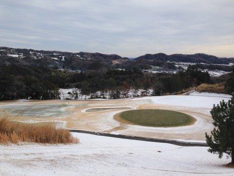 元日に雪が降っても今日はゴルフ