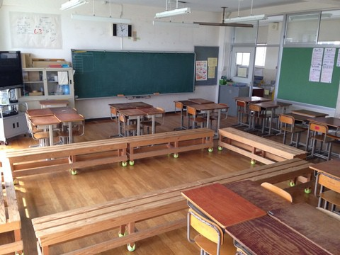サークルベンチのある教室