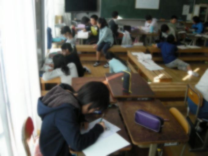 ベンチのある教室は穏やかで主体性に満ちている。