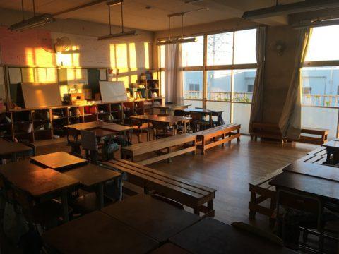 夕日の入る教室で