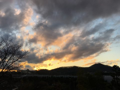 夕闇迫る弘法山