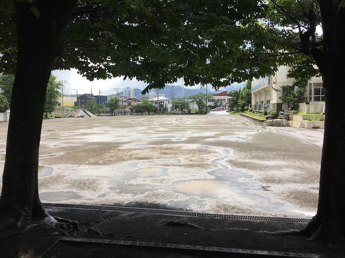 大雨が止んだ校庭