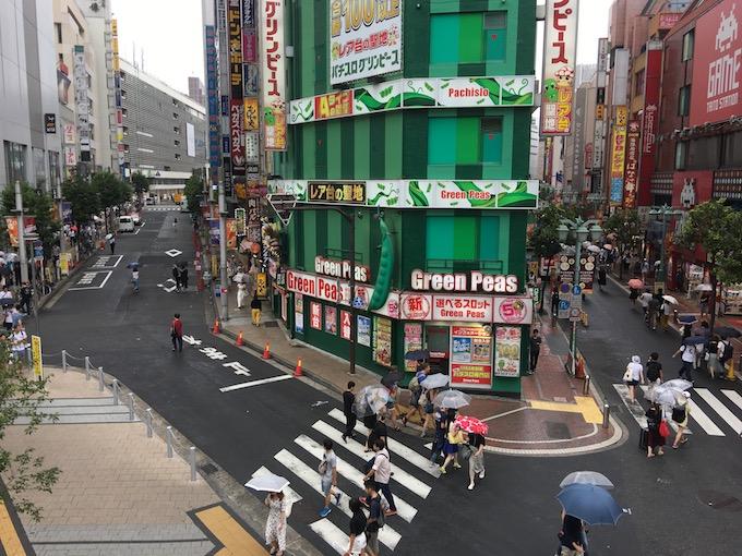 新宿駅東口方面を望む