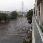 冷たい雨が降り続く学校の1日