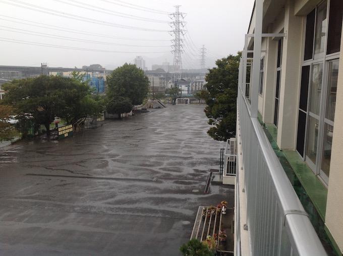 雨続きの学校