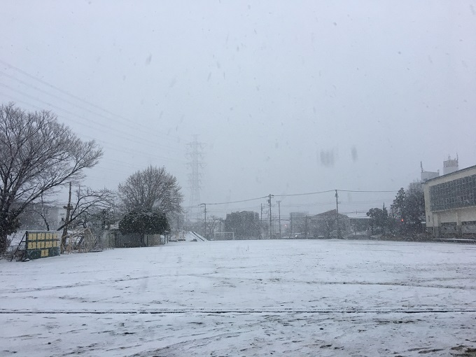 雪が降った校庭