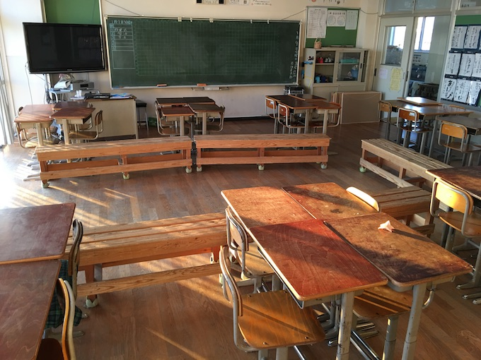 じわりじわりと広がるベンチのある教室