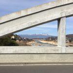 「ひな祭りの日」モダンな橋の上を行く。