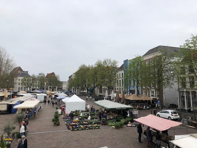 街の中心には市場が出ている