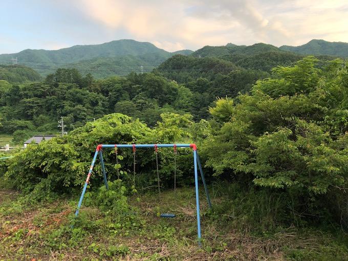 茂来山とブランコ