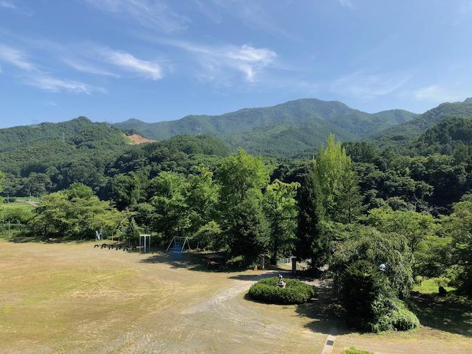 校舎から茂来山を望む