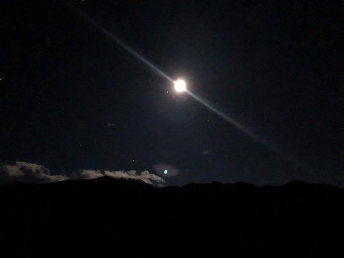 満月に光る茂来山