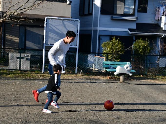 親子でサッカーを楽しむ