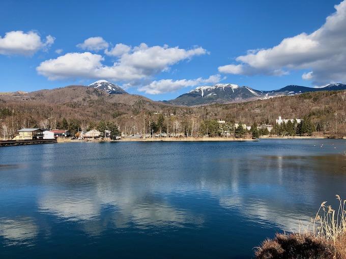 蓼科湖から蓼科山を望む
