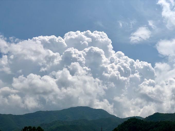 茂来山と入道雲