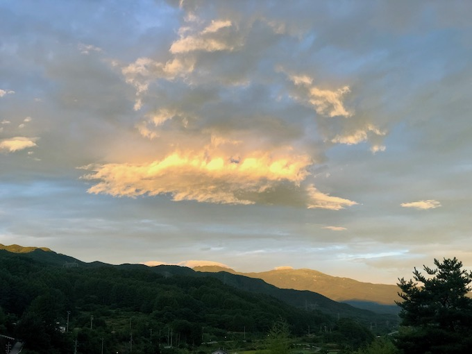 朝日に照らされる蓼科山方面
