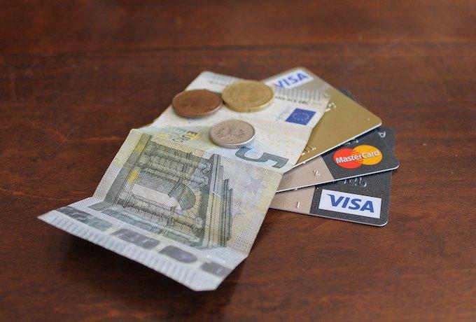 海外にいる家族がカードで困ったときには