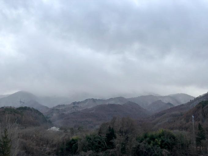 雪が舞うようになった大日向