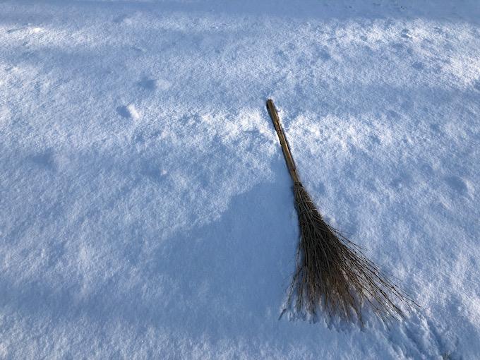 雪はホウキで掃くのが流儀