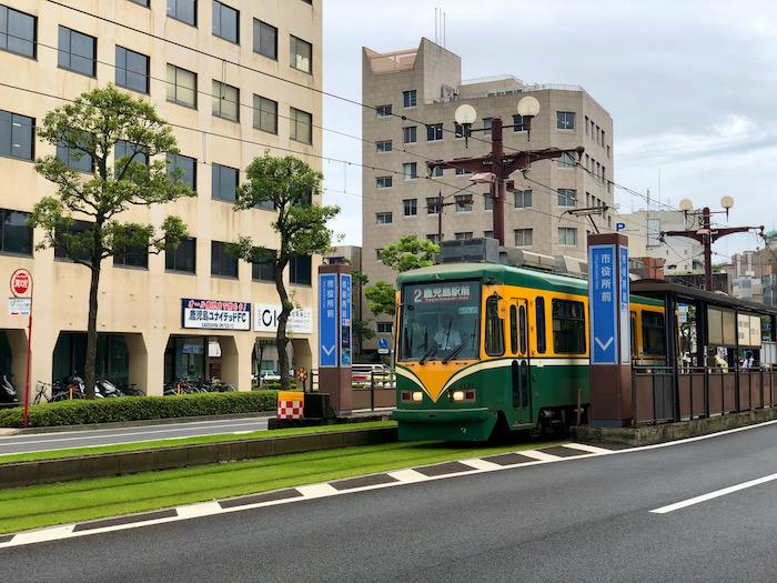 路面電車が走る鹿児島にて